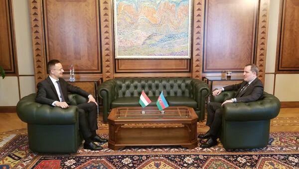 Министр иностранных дел Азербайджана Джейхун Байрамов со своим венгерским коллегой Петером Сийярто - Sputnik Азербайджан