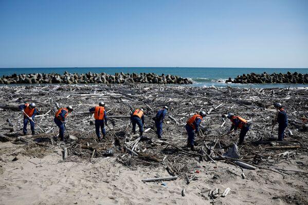Пожарные ищут останки без вести пропавших жертв землетрясения 2011 года в Японии  - Sputnik Азербайджан