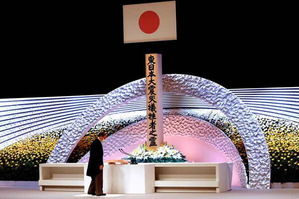 Премьер-министр Японии Есихидэ Суга на церемонии в память о жертвах землетрясения 2011 года  - Sputnik Азербайджан