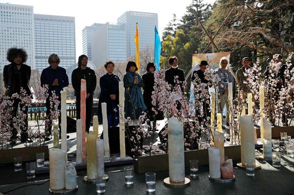 Люди во время минуты молчания в память жертв землетрясения 2011 года - Sputnik Азербайджан