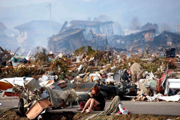 Девушка плачет у разрушений после землетрясения и цунами в Японии  - Sputnik Азербайджан