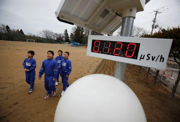 Школьники у измеряющего уровень радиации счетчика Гейгера в Японии  - Sputnik Азербайджан