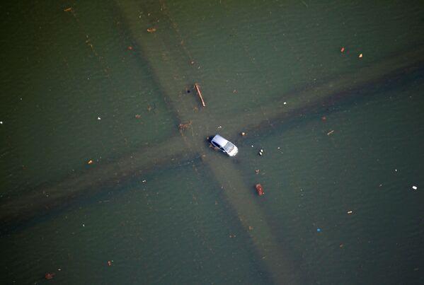 Автомобиль на затопленной улице после землетрясения и цунами в Японии  - Sputnik Азербайджан