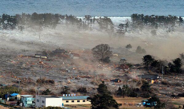 Вид на уносящее дома цунами в Японии  - Sputnik Азербайджан