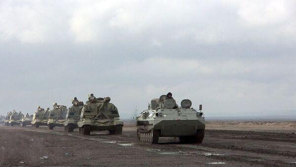 Raket və artilleriya bölmələri təyin edilmiş marşrutlarla hərəkət edir - Sputnik Азербайджан