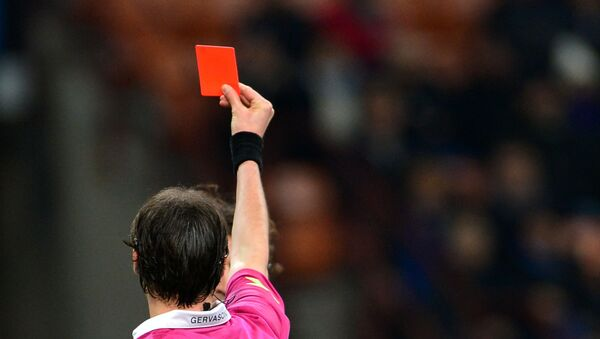Судья показывает футболисту красную карточку, фото из архива - Sputnik Азербайджан