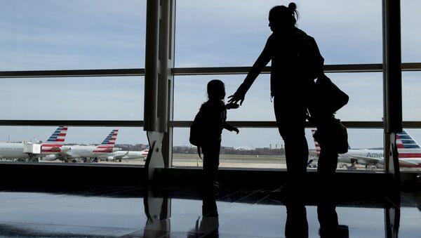 Женщина с детьми в аэропорту, фото из архива - Sputnik Азербайджан