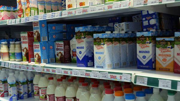 В России могут возникнуть перебои с поставками молока в магазины - Sputnik Азербайджан