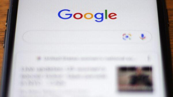 Логотип компании Google на телефоне, фото из архива - Sputnik Азербайджан