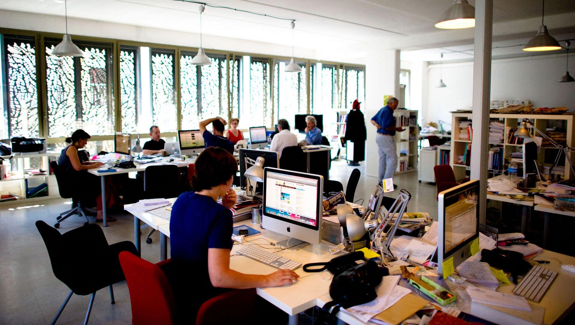 Работа в офисе, фото из архива - Sputnik Azərbaycan, 1920, 05.09.2021