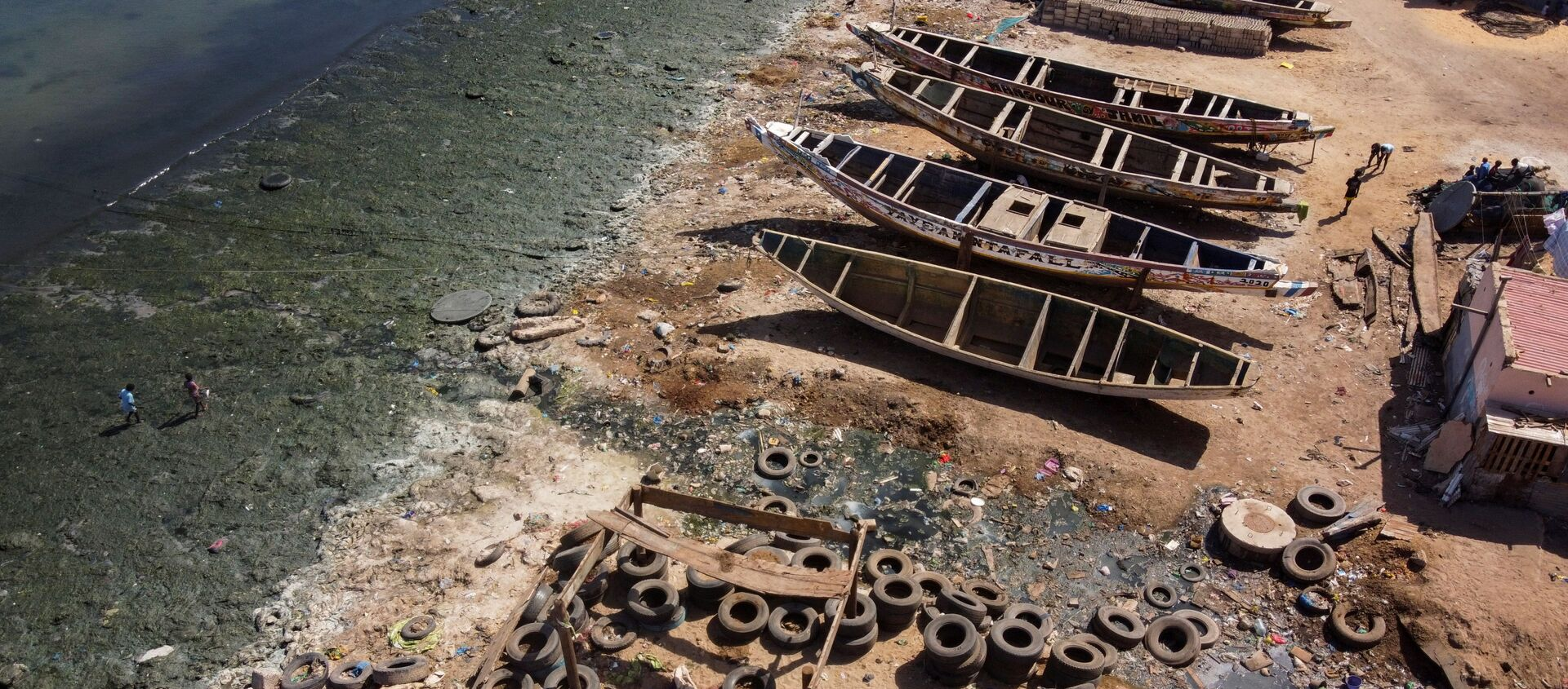 Сточные воды, текущие по открытым каналам в океан в заливе Ханн на восточной окраине полуострова Дакар, Сенегал - Sputnik Азербайджан, 1920, 30.03.2021