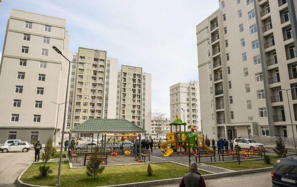 Группе граждан, чьи дома разрушены вследствие ракетных ударов Армении по Гяндже, предоставлены новые квартиры - Sputnik Азербайджан