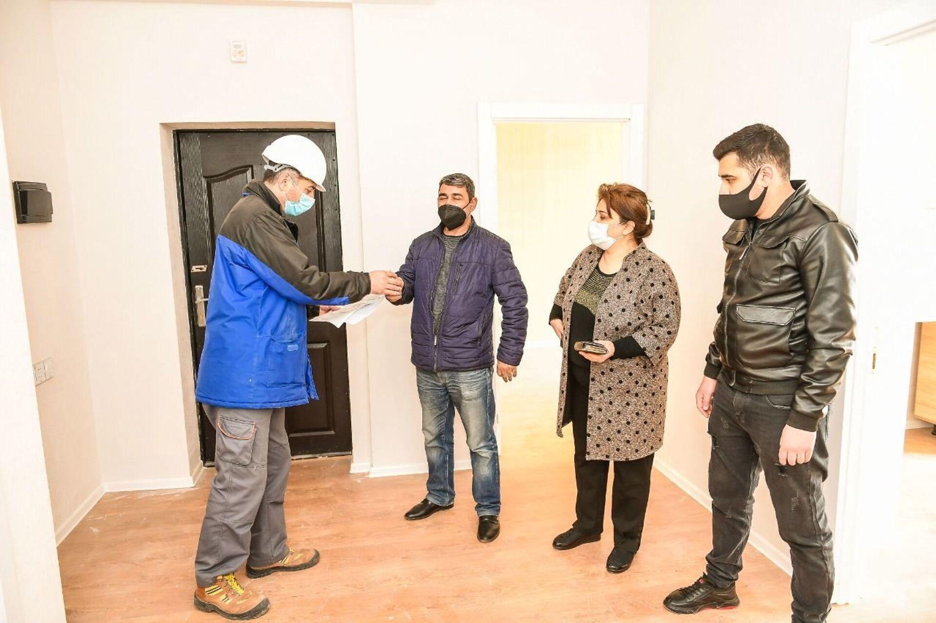Гянджинцы, оставшиеся без жилья в результате ракетных ударов ВС Армении, получили квартиры - Sputnik Азербайджан, 1920, 22.03.2021