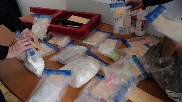 Изъятые полицейскими пакеты с наркотиками, фото из архива - Sputnik Азербайджан