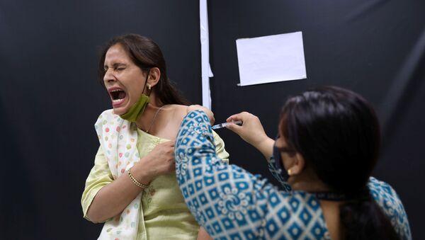 Сотрудница Serum Institute of India во время вакцинации против COVID-19 вакциной индийского производства CoviShield компании AstraZeneca - Sputnik Azərbaycan