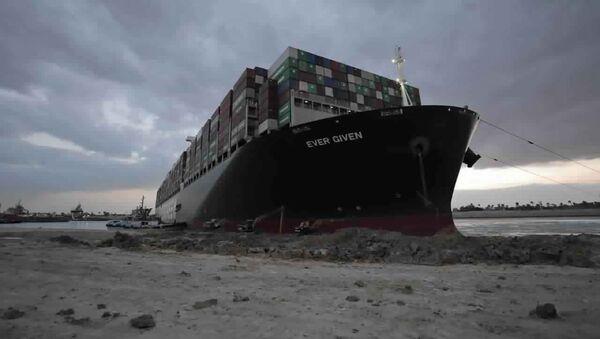 """Süveyş kanalının dayaz yerində ilişib qalmış """"Ever Given"""" konteyner gəmisi - Sputnik Azərbaycan"""