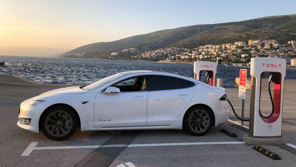 Tesla разрешила покупать электромобили за биткойн - Sputnik Азербайджан