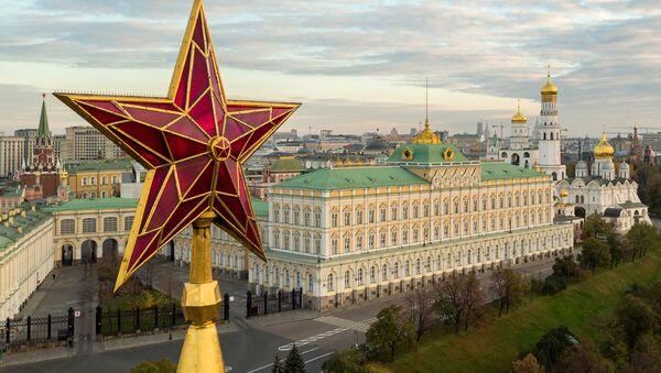 Звезда на Водовзводной башне Московского Кремля - Sputnik Azərbaycan