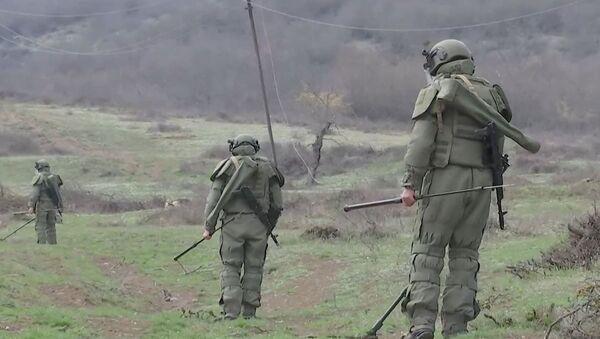 Работы по очистке местности от взрывоопасных предметов в Карабахе - Sputnik Азербайджан