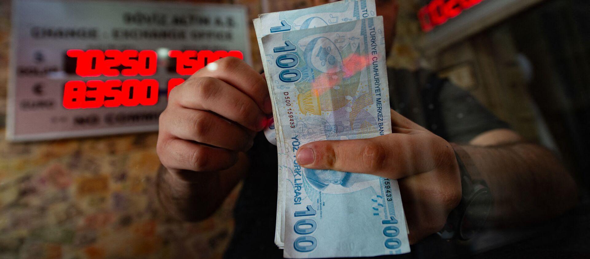 Сотрудник обменного пункта считает банкноты турецких лир, фото из архива - Sputnik Азербайджан, 1920, 02.04.2021