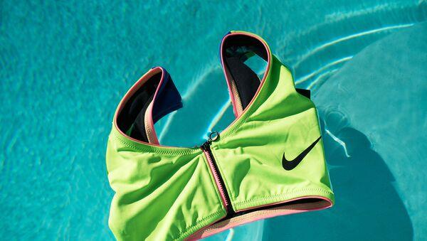 Nike выпустил свою первую экологичную коллекцию купальников из переработанных материалов - Sputnik Азербайджан