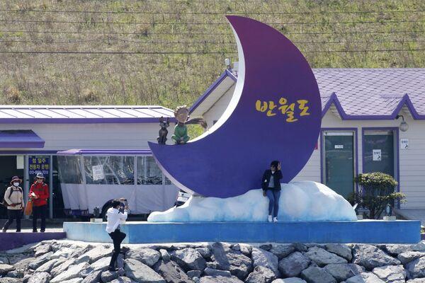 Туристы фотографируются на Фиолетовых островах в провинции Южная Чолла в Южной Корее - Sputnik Азербайджан