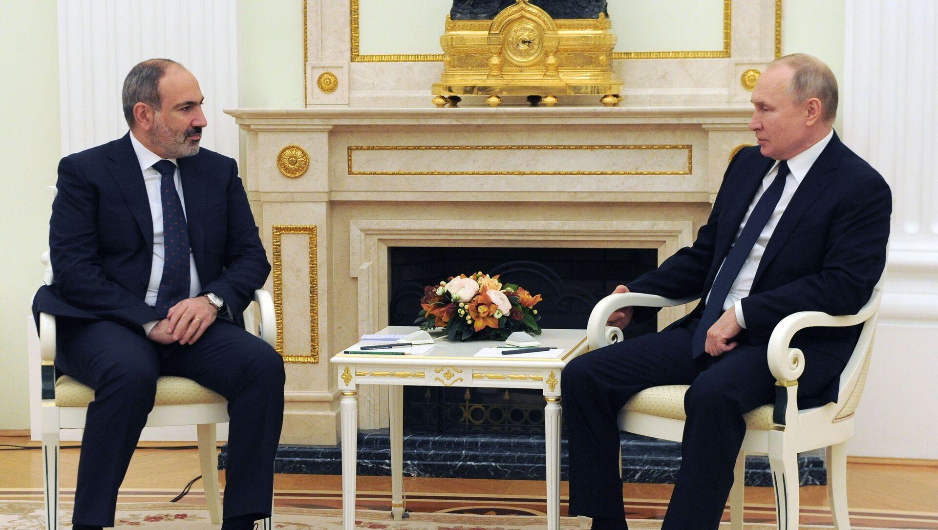 Президент РФ Владимир Путин и премьер-министр Армении Никол Пашинян (слева) во время встречи, 7 апреля 2021.  - Sputnik Azərbaycan, 1920, 08.07.2021