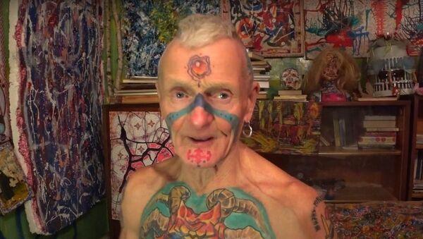 Пенсионер украшает себя татуировками, на его теле больше 60 тату - Sputnik Азербайджан