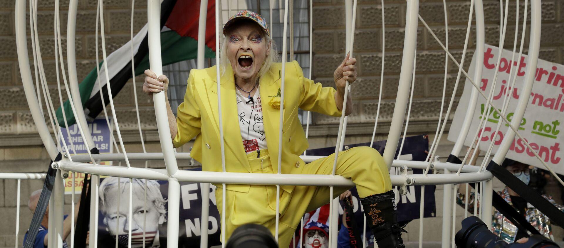 Дизайнер Вивьен Вествуд в гигантской клетке на протестном митинге против экстрадиции основателя WikiLeaks Джулиана Ассанжа у здания суда Олд-Бейли в Лондоне, Великобритания - Sputnik Азербайджан, 1920, 08.04.2021
