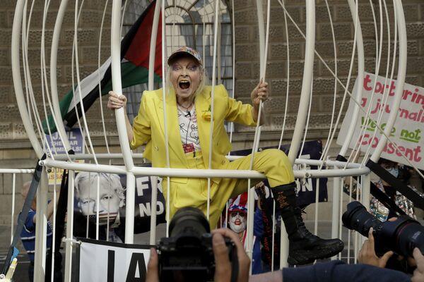 Дизайнер Вивьен Вествуд в гигантской клетке на протестном митинге против экстрадиции основателя WikiLeaks Джулиана Ассанжа у здания суда Олд-Бейли в Лондоне, Великобритания - Sputnik Азербайджан