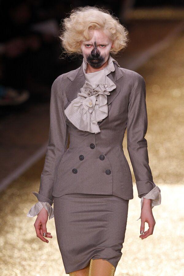 Модель демонстрирует творение британского дизайнера Вивьен Вествуд на показе ее новой коллекции prêt-à-porter осень-зима 2012 в Париже - Sputnik Азербайджан