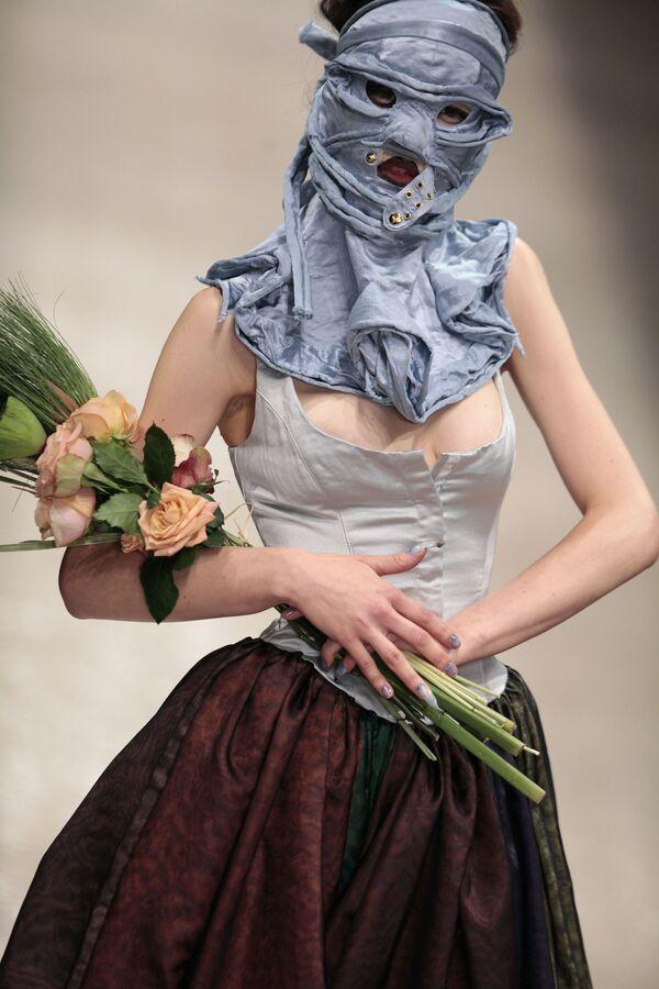 Модель представляет творение Вивьен Вествуд на показе ее коллекции ready-to-wear сезона весна-лето 2011 в Париже - Sputnik Азербайджан