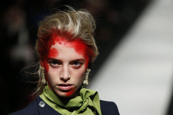 Модель в наряде дизайнера Вивьен Вествуд на ее показе Red Label осень-зима 2015 на Лондонской неделе моды - Sputnik Азербайджан