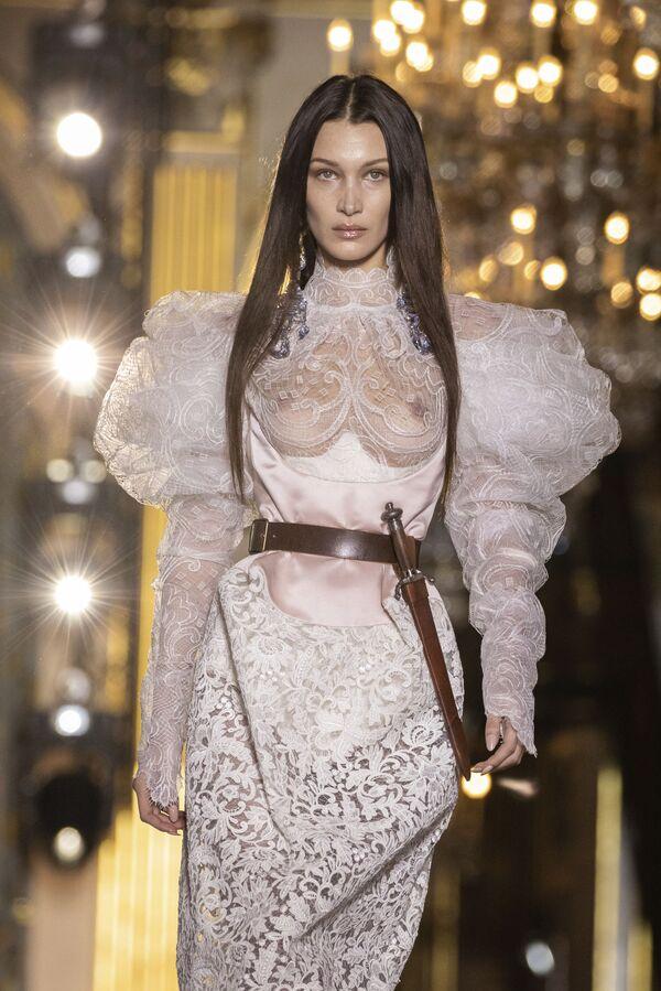 Модель Белла Хадид представляет творение британского модельера Вивьен Вествуд на Неделе женской моды осень-зима 2020/21 в Париже - Sputnik Азербайджан