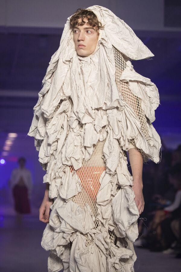 Модель демонстрирует творение дизайнера Вивьен Вествуд на Парижской неделе моды в Париже, 2019 год - Sputnik Азербайджан