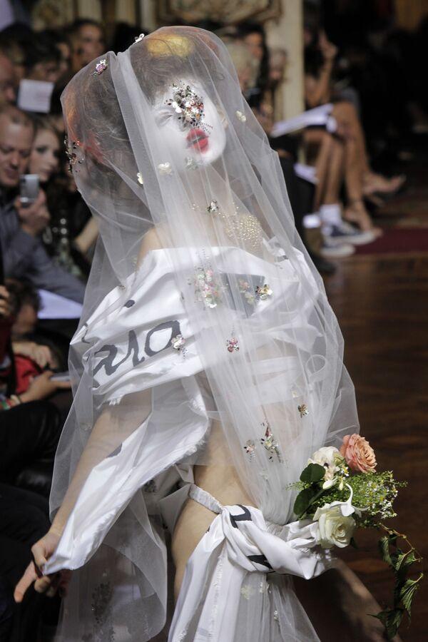 Модель одета в творение британского модельера Вивьен Вествуд из ее модной коллекции весна-лето 2010, представленной в Париже, 2009 год - Sputnik Азербайджан