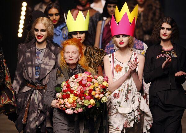 Британский модельер Вивьен Вествуд в окружении моделей на своем показе в Париже, 2010 год - Sputnik Азербайджан
