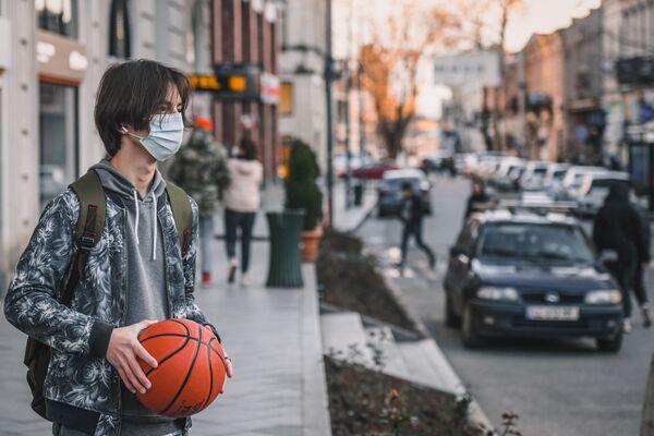 Прохожий на улице в Кутаиси - Sputnik Азербайджан