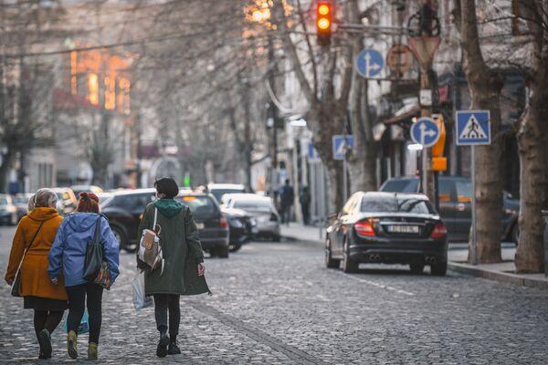 Прохожие на улице в Кутаиси - Sputnik Азербайджан
