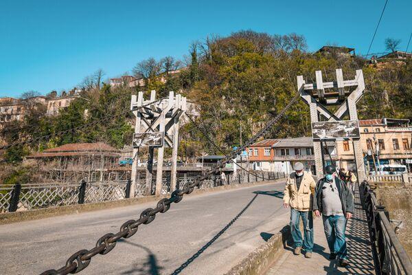 Прохожие на мосту в Кутаиси - Sputnik Азербайджан
