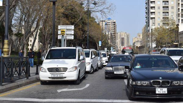 Bakını mərkəzində parklanmış avtomobillər - Sputnik Azərbaycan