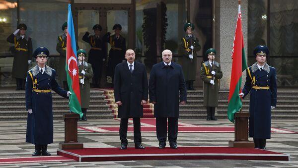 Президент Белоруссии Александр Лукашенко и президент Азербайджана Ильхам Алиев во время церемонии встречи, фото из архив - Sputnik Азербайджан