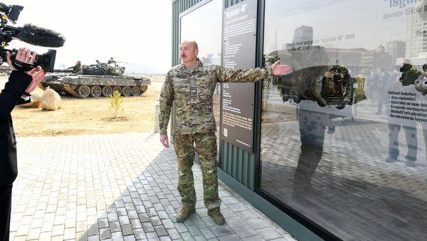 Ильхам Алиев демонстрирует фрагменты ракеты Искандер М - Sputnik Azərbaycan