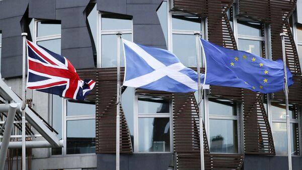 Флаги Великобритании, Шотландии и ЕС у здания парламента в Эдинбурге - Sputnik Азербайджан