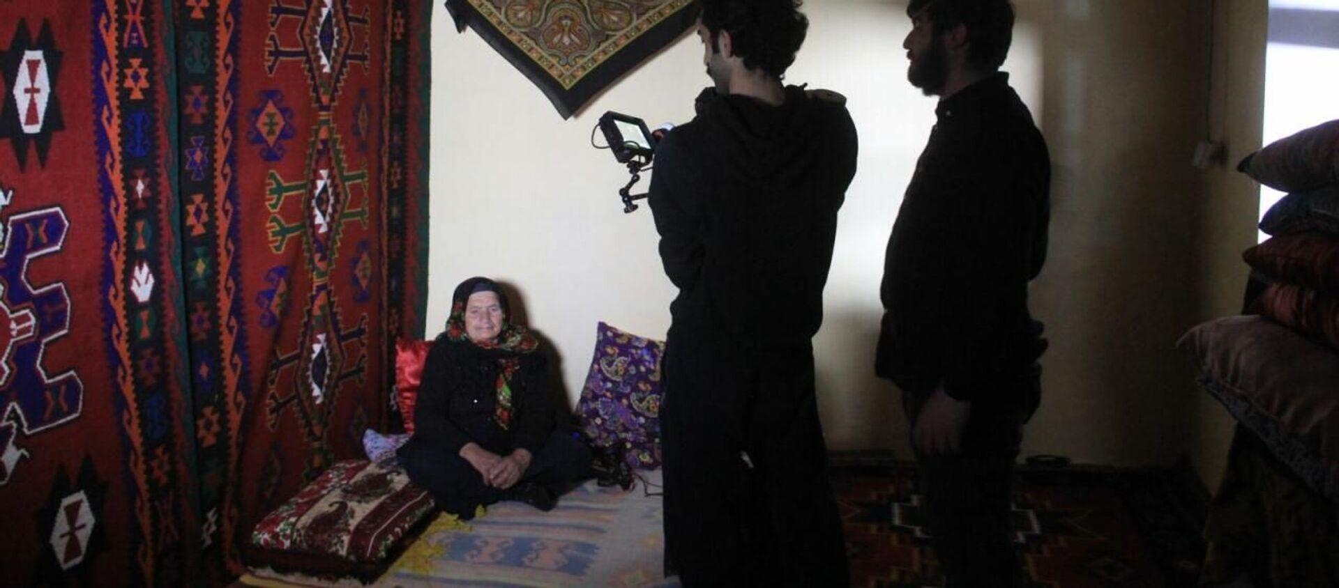 Азербайджанский режиссер Нихад Иса снимает документальный фильм Tərəkəmə qadın (Женщина-кочевница) о жизни 76-летней уникальной женщине Абиде Муршудовой - Sputnik Азербайджан, 1920, 14.04.2021