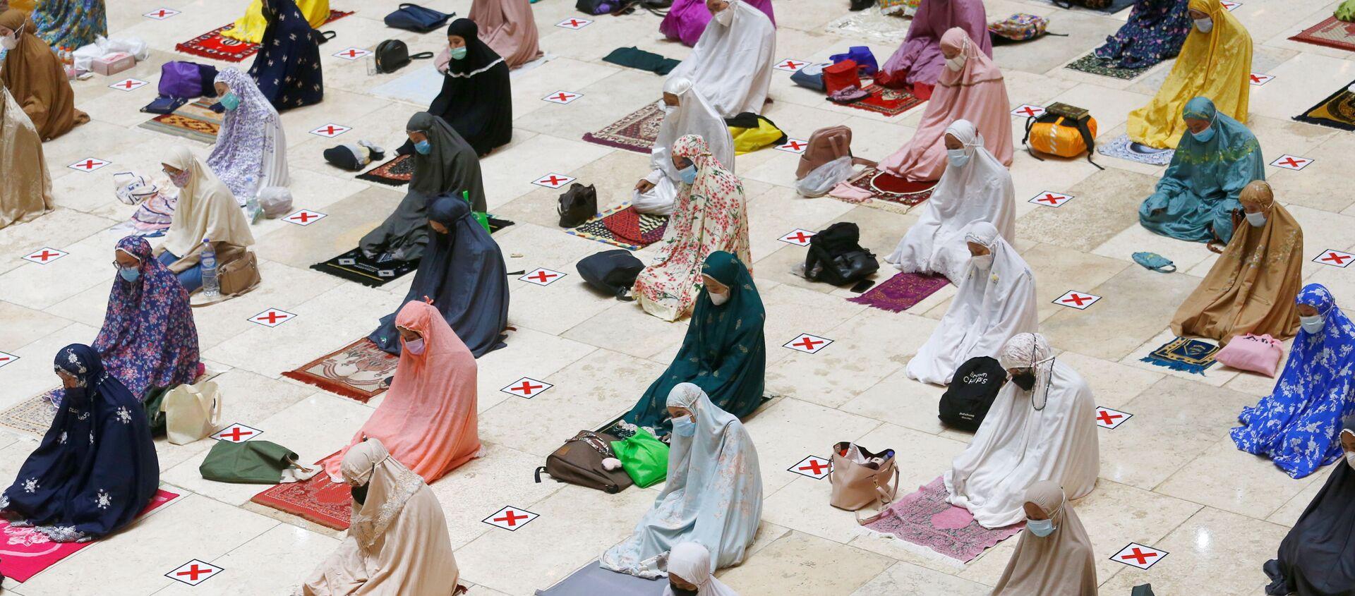 Мусульмане молятся накануне старта священного месяца Рамадан в Индонезии  - Sputnik Азербайджан, 1920, 14.04.2021
