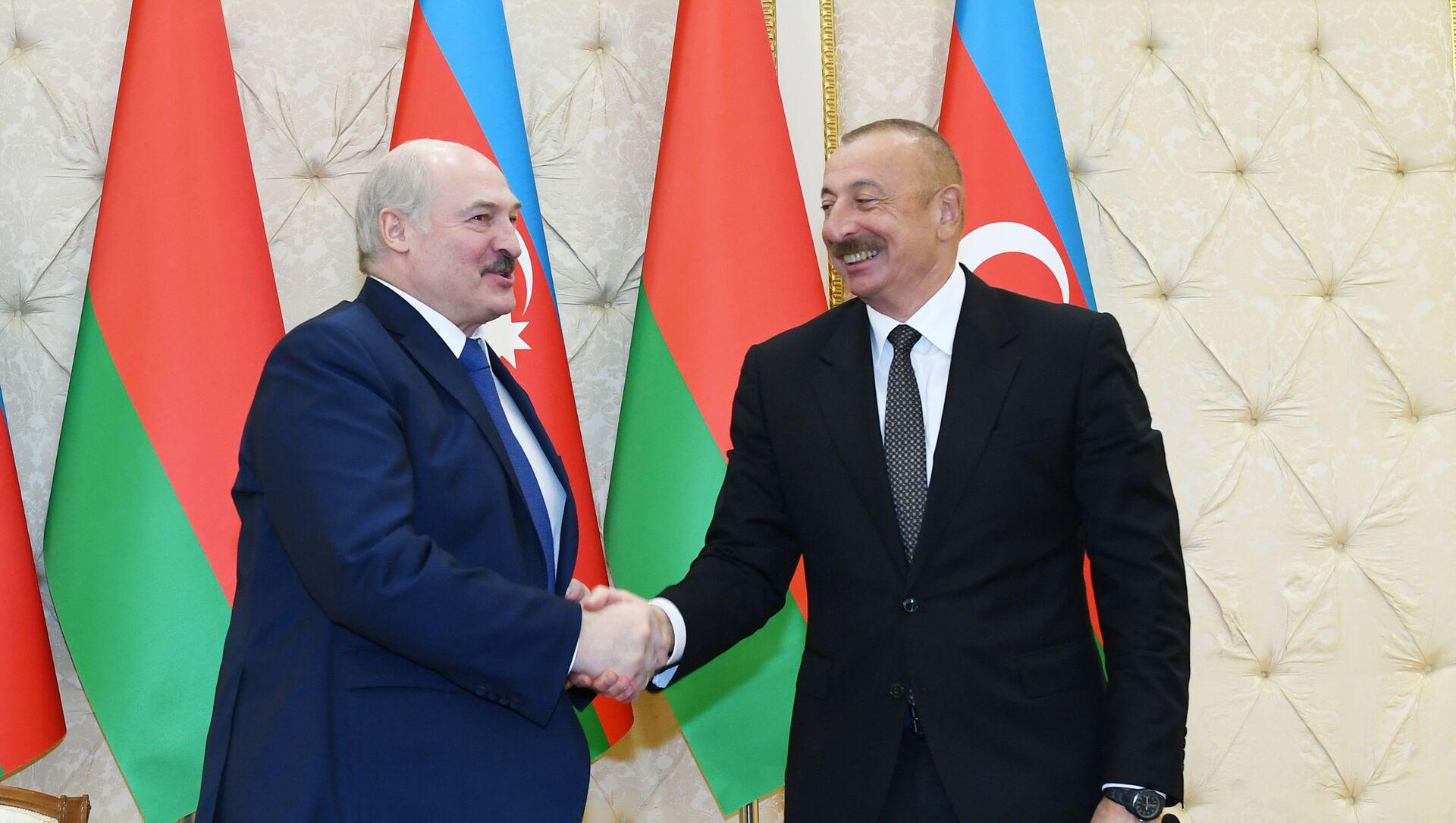 Президент Азербайджанской Республики Ильхам Алиев и Президент Беларуси Александр Лукашенко выступили с заявлениями для прессы - Sputnik Азербайджан, 1920, 15.04.2021