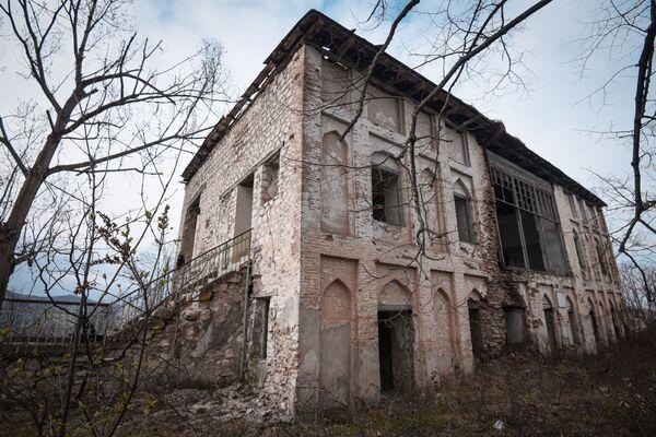 Особенностью этого старинного дома являлись его высокие, пятиметровые потолки. - Sputnik Азербайджан