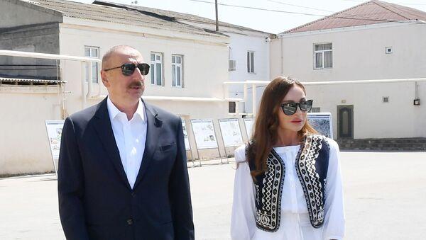 Президент Ильхам Алиев и Первая леди Мехрибан Алиева в Пиршаги - Sputnik Азербайджан