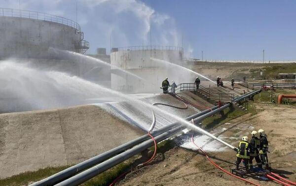 Тактические учения пожарных отрядов Государственной службы противопожарной охраны министерства по чрезвычайным ситуациям - Sputnik Азербайджан